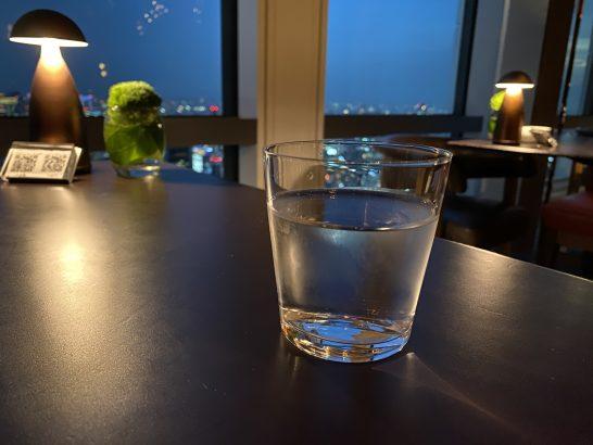 アンダーズ東京のラグジュアリーラウンジアワーの水