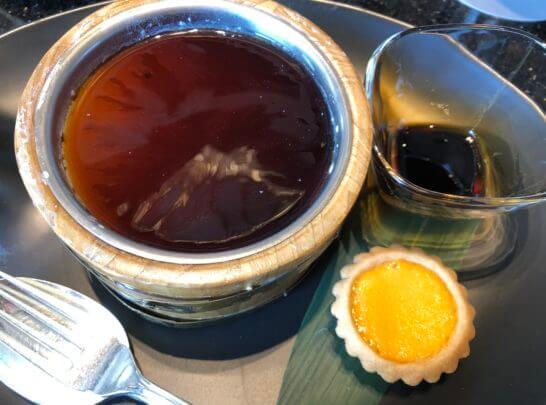 ウェスティンホテル東京の中国料理のデザート(黒蜜をかけた豆腐とエッグタルト)