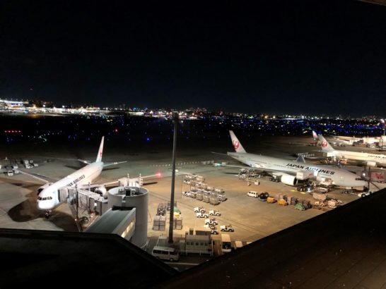 羽田空港第1ターミナルに駐機するJALの飛行機(夜)