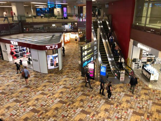 シンガポールのチャンギ国際空港(カンタス航空・BAのラウンジへのエスカレーター)