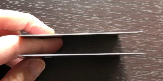 アメックス・プラチナとアメックス・ビジネス・プラチナのメタルカードの側面のメタルカードの側面