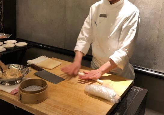 海老蒸し餃子の作成シーン (1)