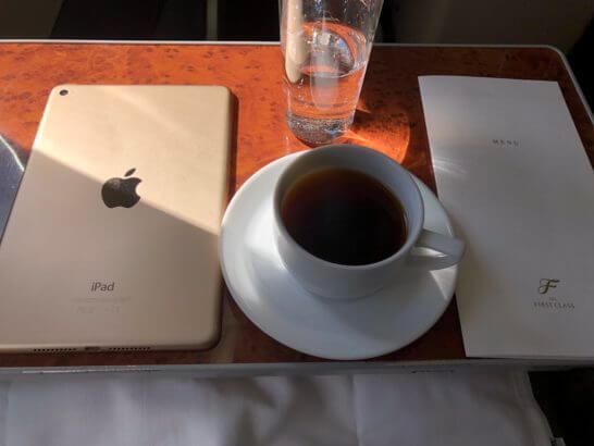 JALのファーストクラスのテーブルに乗せたiPad mini