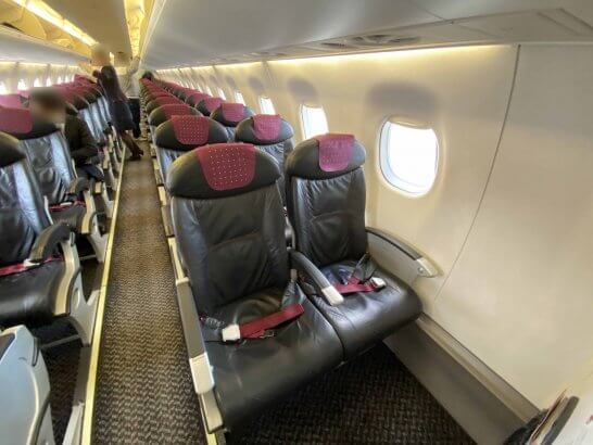 JALの機内に優先搭乗で早く入ったシーン