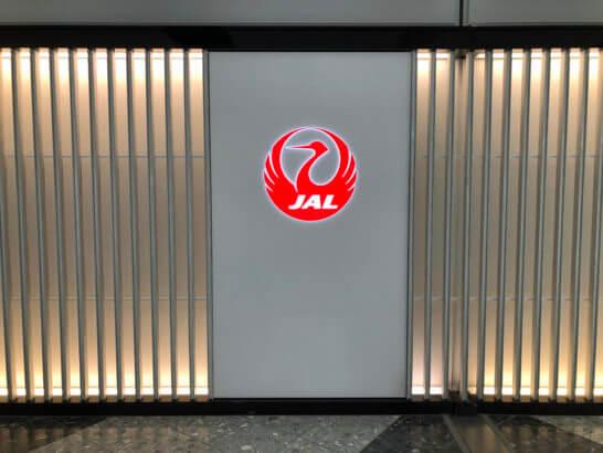 新千歳空港の壁に描かれたJALのロゴ