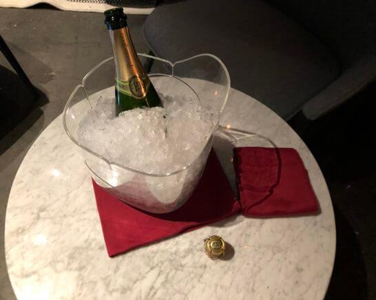ラグジュアリーカードの優待特典のシャンパンを入れたクーラー