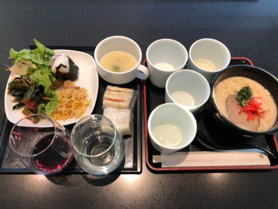 ANAラウンジ(羽田空港国際線)のチャーハン・サンドイッチ・スープ・煮物・4つの日本酒・白赤ワイン・とんこつラーメン