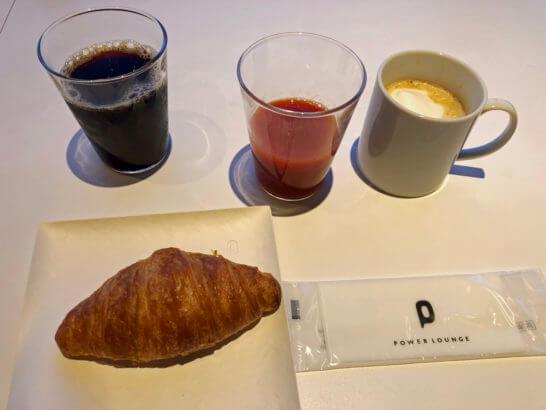羽田空港のパワーラウンジ ノースのクロワッサン、トマトジュース、カフェラテ