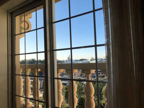 東京ディズニーランドホテルの客室の窓