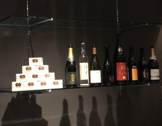 Mastercardロゴの枡と8本の日本酒