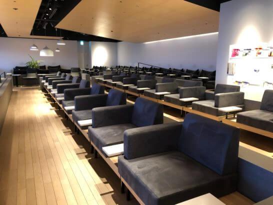 羽田空港のPOWER LOUNGE NORTHのソファーゾーン