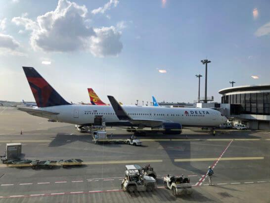 成田空港国際線 北ウイングに駐機するデルタ航空の飛行機