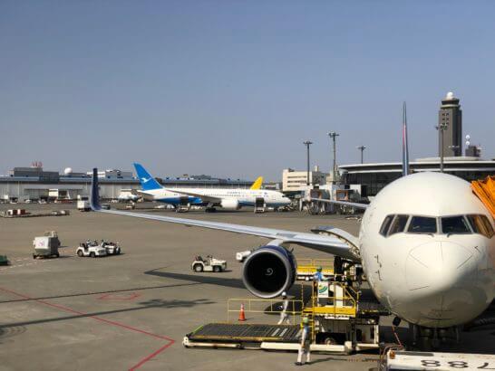 成田空港第1ターミナルに駐機する飛行機