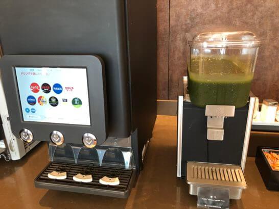 伊丹空港ダイヤモンドプレミアラウンジのコールドドリンクサーバー・青汁