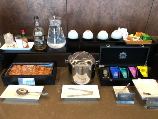伊丹空港ダイヤモンドプレミアラウンジのウイスキー・あられミックス・氷・お茶