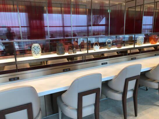 伊丹空港のJALダイヤモンドプレミアラウンジの横長テーブル席