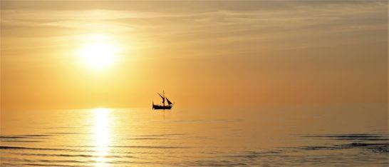 夕焼けの梅と船