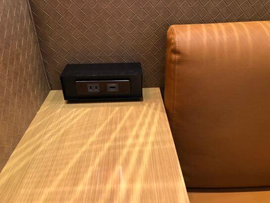 伊丹空港のJALダイヤモンドプレミアラウンジのソファー脇の電源・USB端子