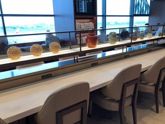 伊丹空港のJALダイヤモンドプレミアラウンジの窓際席