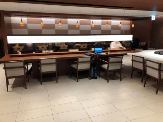 伊丹空港のサクララウンジのテーブル席