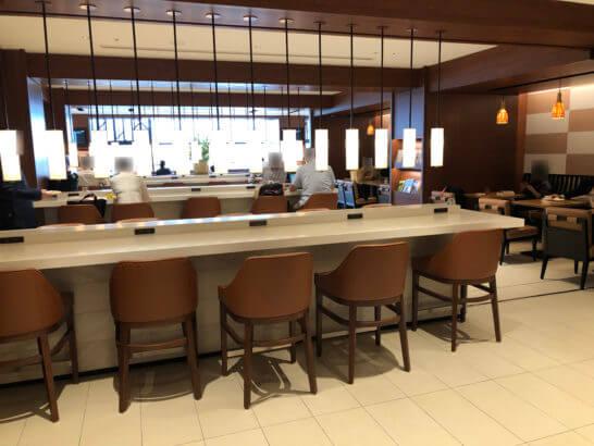 伊丹空港のサクララウンジのカウンター席