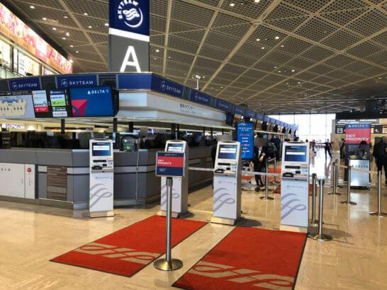 デルタ航空のチェックインカウンター