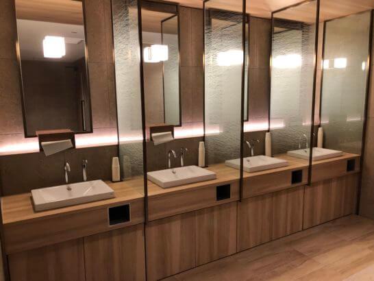 伊丹空港のJALダイヤモンドプレミアラウンジのトイレ (3)