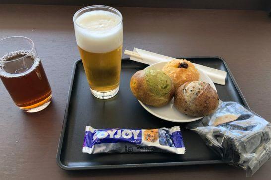羽田空港ダイヤモンドプレミアラウンジの烏龍茶・ビール・パン・おにぎり・ソイジョイ