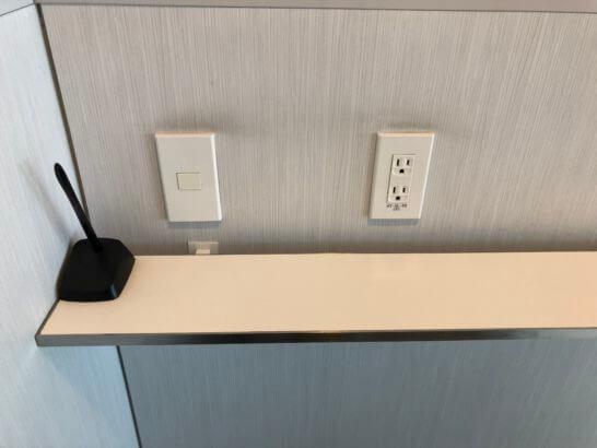 ANAラウンジ 羽田空港国内線の通話ブース内の電源コンセント・ペン