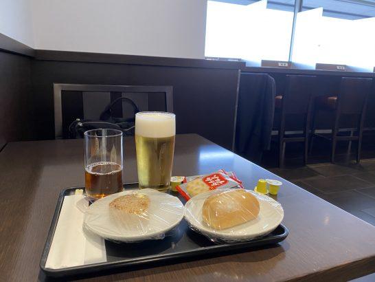 羽田空港ダイヤモンドプレミアラウンジの食事・ダイニング向けテーブル