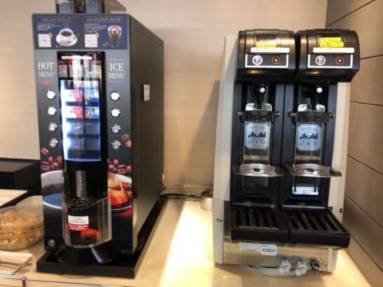 ANAラウンジ(羽田空港国際線)のコーヒーマシンとビールサーバー