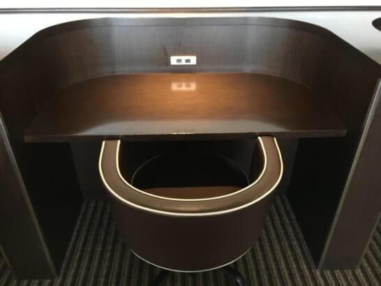 羽田空港のダイヤモンドプレミアラウンジのビジネス向けの席