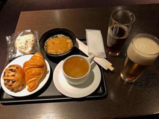 羽田空港ダイヤモンドプレミアラウンジのパン・おにぎり・味噌汁・コーヒー・烏龍茶・ビール