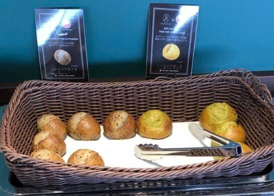 羽田空港ダイヤモンドプレミアラウンジの黒ゴマチーズ、抹茶とゆずのパン