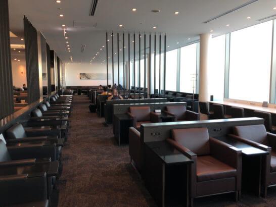 羽田空港国際線のANAラウンジ(114番ゲート付近)の窓際席