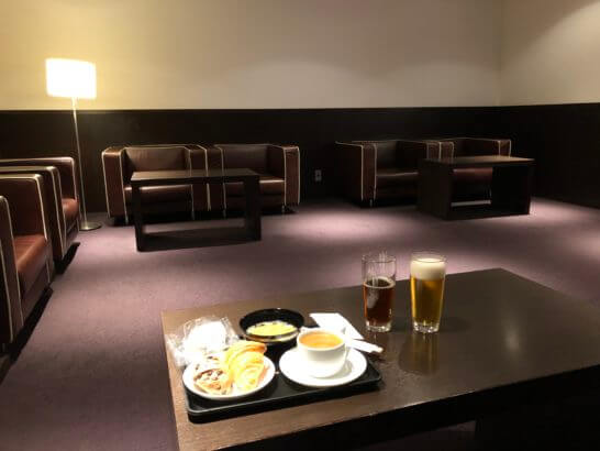 羽田空港ダイヤモンドプレミアラウンジの壁に囲まれた部屋