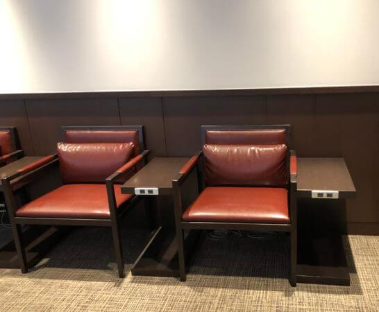 羽田空港のダイヤモンドプレミアムラウンジのソファー