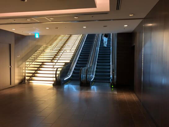 羽田空港ダイヤモンド・プレミアラウンジへのエスカレーター