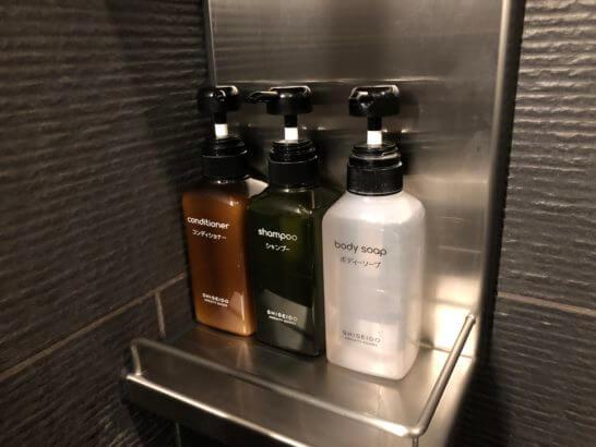 羽田空港ダイヤモンドプレミアラウンジのシャワールームのコンディショナー・シャンプー・ボディーソープ