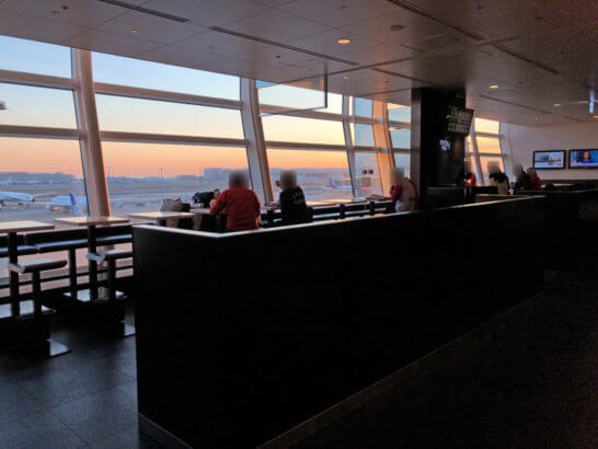 ANAラウンジ(羽田空港国際線)の窓際カウンター席
