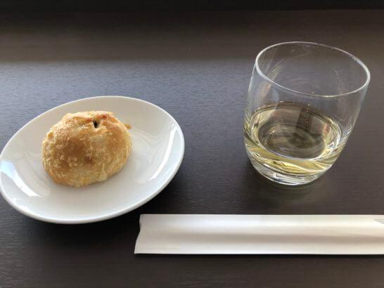 JAL特製カレーパンとマッカラン12年