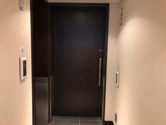 JAL国内線ダイヤモンドプレミアラウンジの最も広い部屋(5番)の入り口