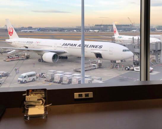 羽田空港ダイヤモンドプレミアラウンジ(南ウイング)の窓際席