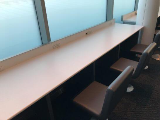 羽田空港国際線のANAラウンジ(114番ゲート付近)のカウンター席