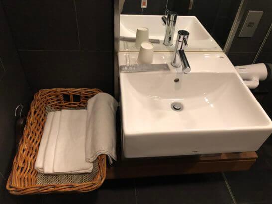羽田空港国内線サクララウンジのシャワールームの洗面台