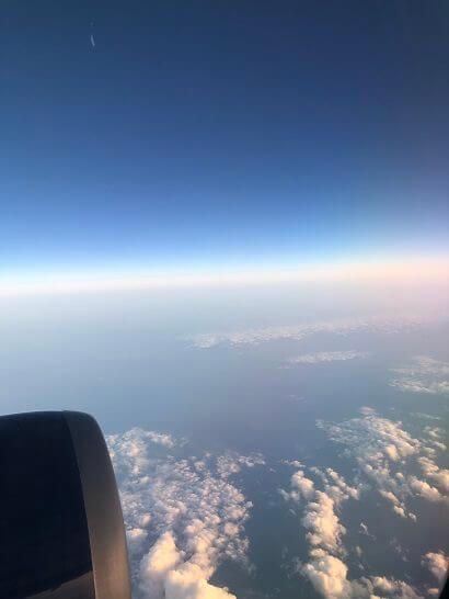デルタ航空の機中からの青空と雲