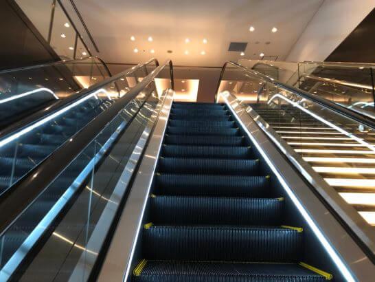 羽田空港のサクララウンジ・ダイヤモンドプレミアラウンジへのエスカレーター