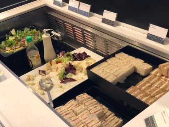 羽田空港国際線のANAラウンジの生野菜、ポテトサラダ、サンドイッチなどコールドミートコーナー