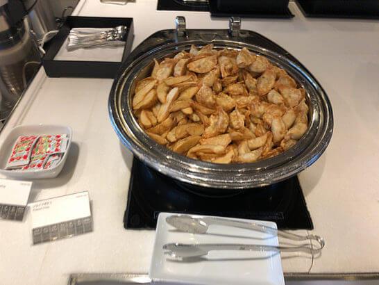 羽田空港国際線のANAラウンジの揚げ餃子、フライドポテト