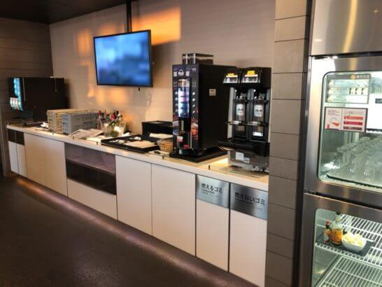 ANAラウンジ(羽田空港国際線)のビール・コーヒー・ソフトドリンク等のドリンクコーナー